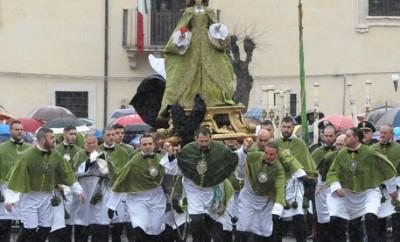 Sulmona (L'Aquila): sotto la pioggia,a Pasqua 2015, la tradizionale rievocazione della Madonna che scappa in piazza