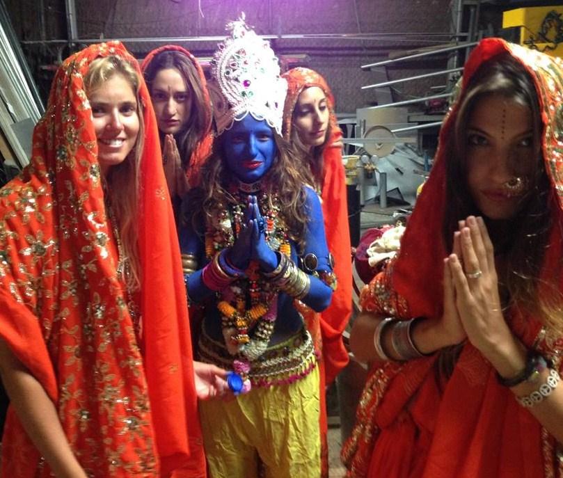 Animatrici in costume prima della sfilata
