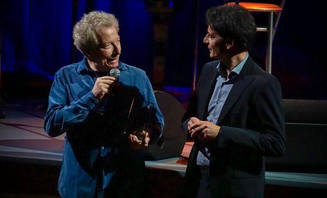 Fabio Concato e il direttore Davide Cavuti con il Premio Note da Oscar