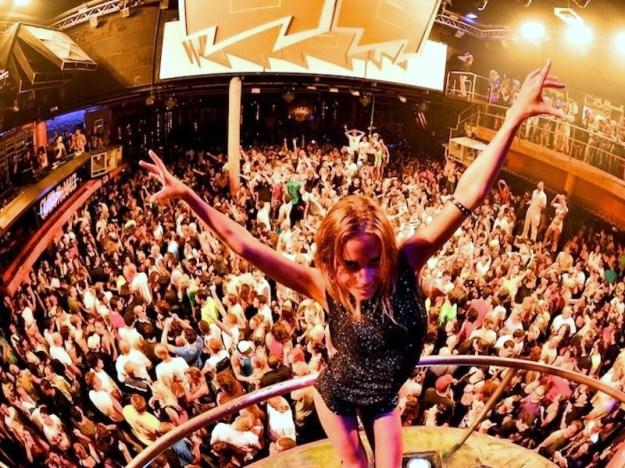 la-discoteca-amnesia-di-ibiza-teatro-di-divertimento